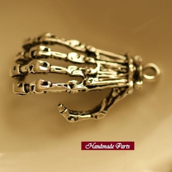 【ハンドメイドパーツ】アンティーク風・メタルチャーム・銀古美・スカルの手